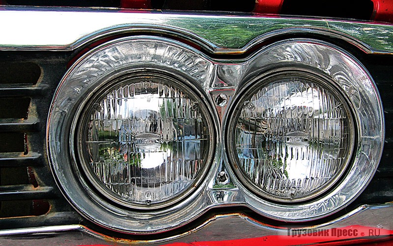 The design of the optical element of a headlight is sealed and disposable. The lamp – change element in the collection. Uncomfortable, but on the other scale higher reliability and corrosion resistance. Parts until sold to the order without problems